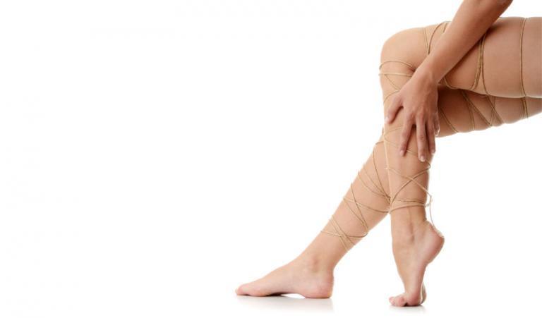 Véröm van a térd területén, az orvos kompressziós zoknit írt elő